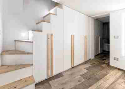 Scale e armadio bianco e abete su misura in legno COD. PRV0001 - Atanor Falegnameria Bologna