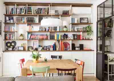 Porta in ferro e libreria bianca con ripiani in rovere COD. PRV0003