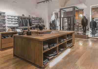 Arredamento per negozio abbigliamento di Bologna