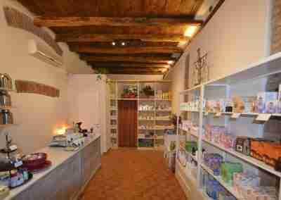 Arredamento per erboristeria: Erbalice di Bologna
