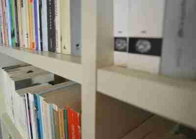 COD. PRV0021 Libreria in legno laccato bianco
